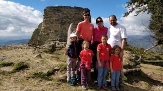 """Photo de famille devant le """"donjon"""" de Kuélap"""